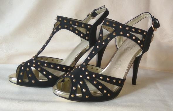 Nowe czarne sandały na szpilce ze złotymi dodatkam