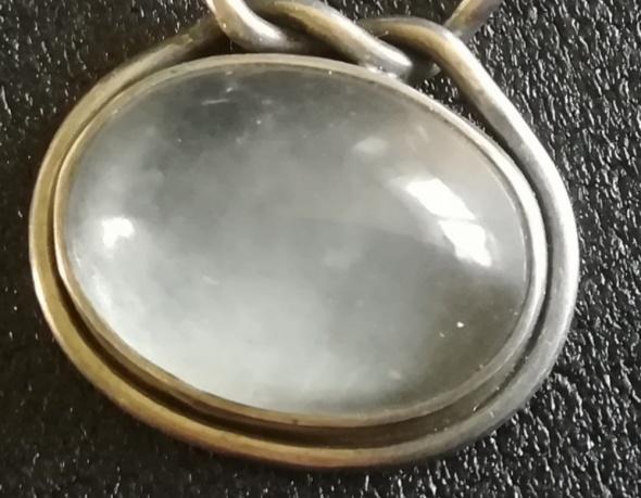 Pierścionek z mglistym kamieniem