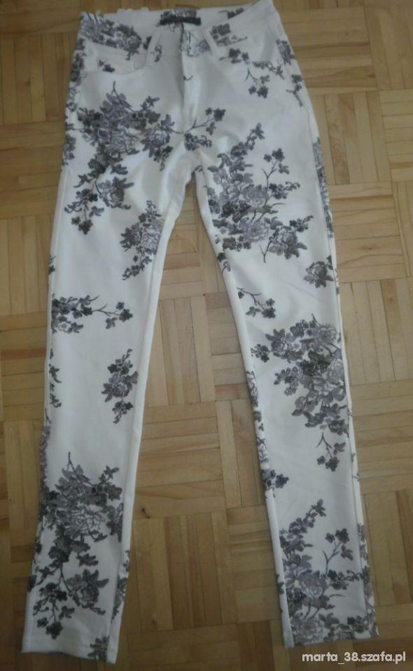 Nowe modne legginsy białe w kwiaty