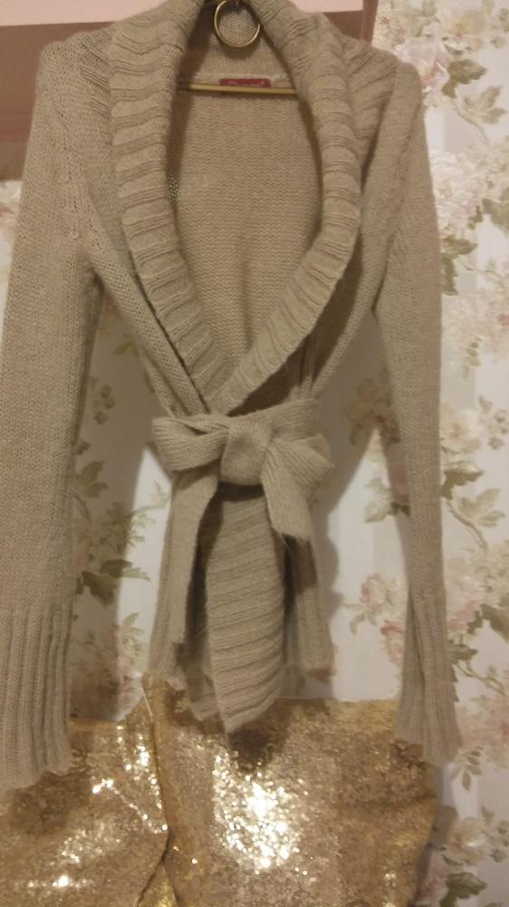 Sweter bezowy z paskiem
