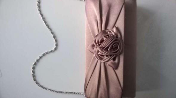 Nie używana kopertówka na łańcuszku atłasowa pudrowy róż