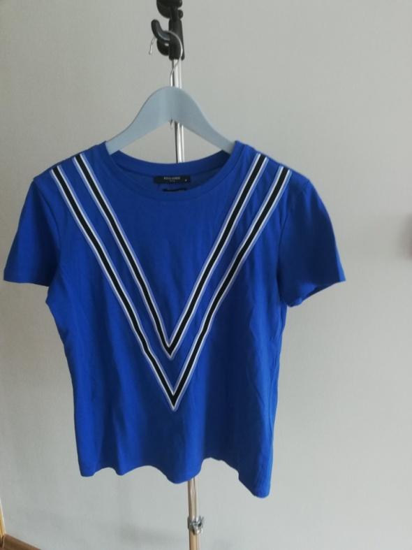 niebieski t shirt
