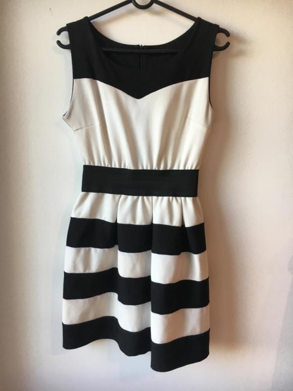 Czarna sukienka w białe paski