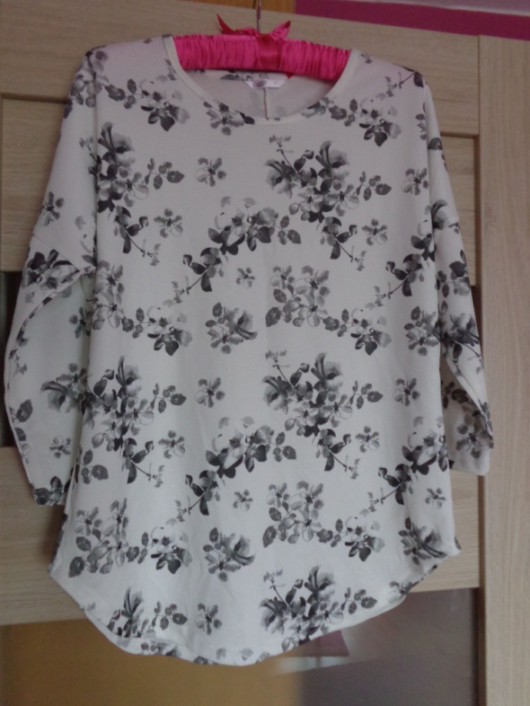 Biała bluzka z kwiatowym nadrukiem...