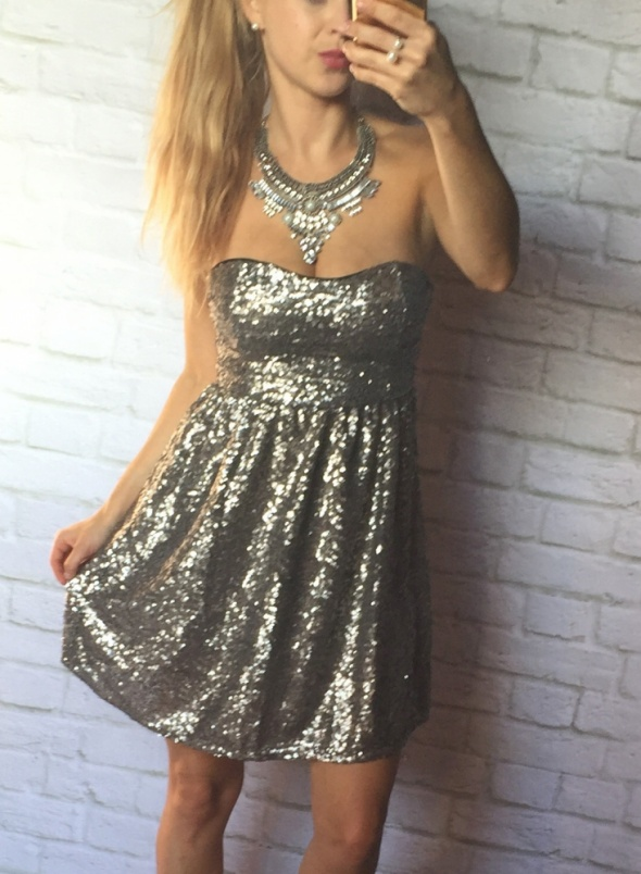 Srebrna śliczna sukieneczke rozkloszowana...
