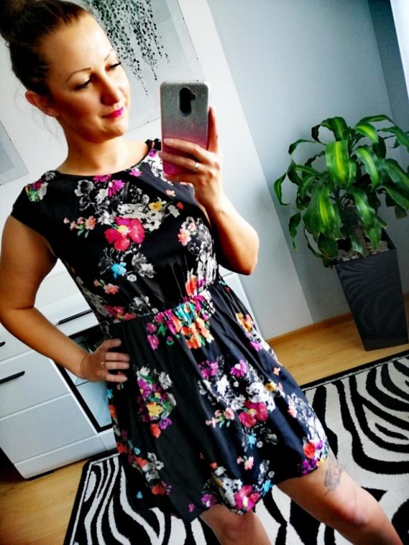 Czarna rozkloszowana sukienka New Look kwiaty 42 XL SB16