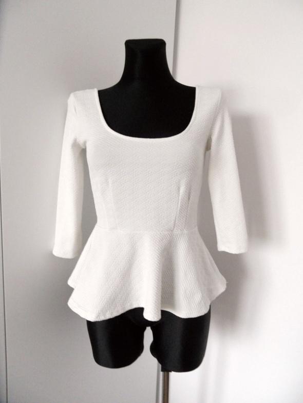 Biała bluzka z baskinką Bershka
