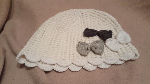 Nowa biała czapka z kokardkami