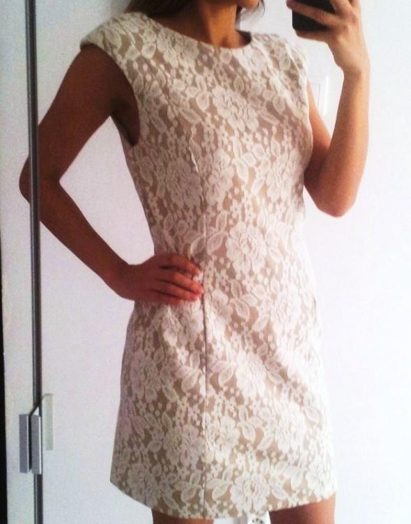 Beżowa sukienka z białą koronką klasyka