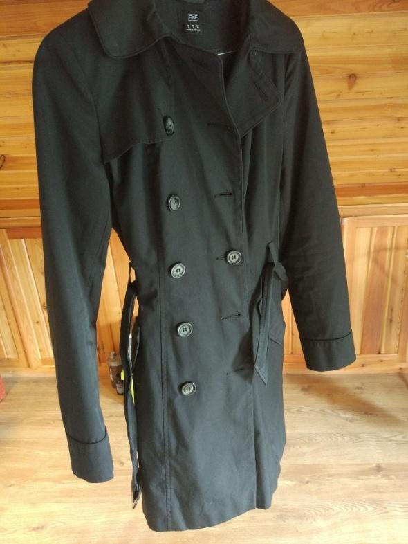 Czarny płaszcz F& F
