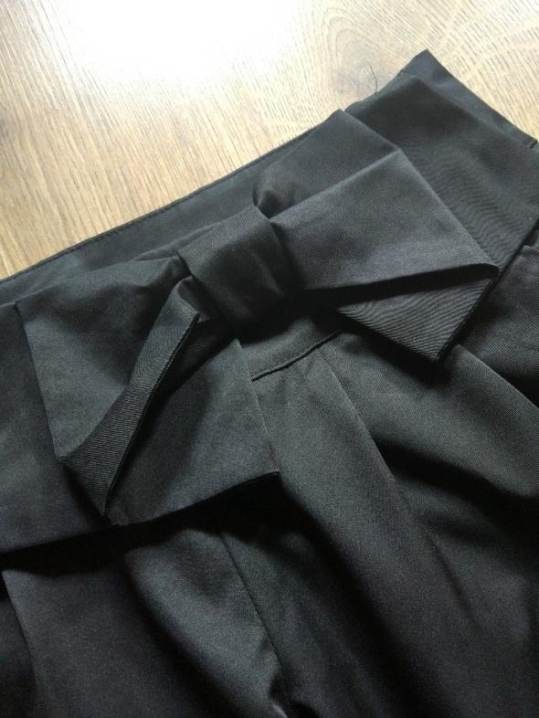Spodnie eleganckie wizytowe czarne z kokardą