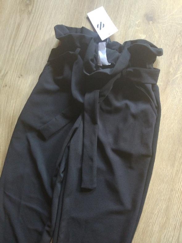 Eleganckie czarne spodnie z kokardą dopasowane