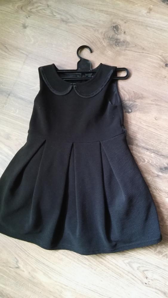 Czarna sukienka kołnierzyk kontry