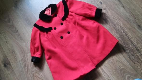 Czerwony płaszcz z czarnym obszyciem 98 104