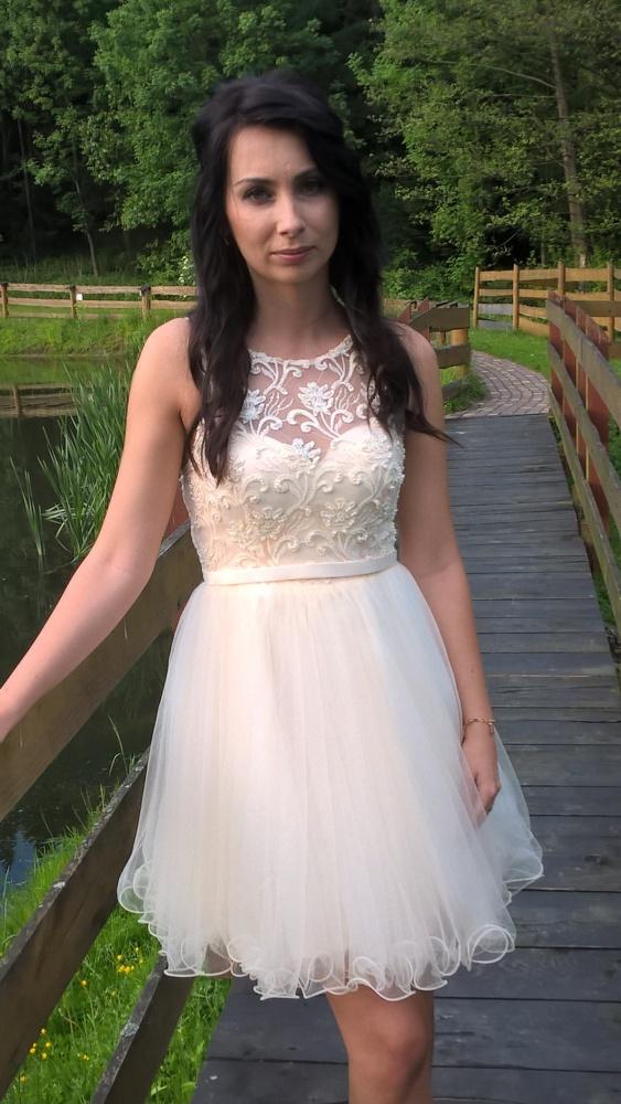 Śliczna sukienka z koronką...