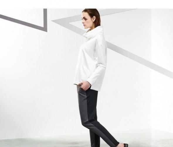 Biała bluza Reserved z przeszyciami i golfem