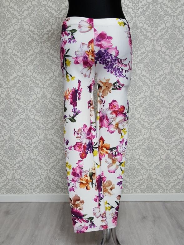 białe spodnie w kolorowe kwiaty w Spodnie Szafa.pl