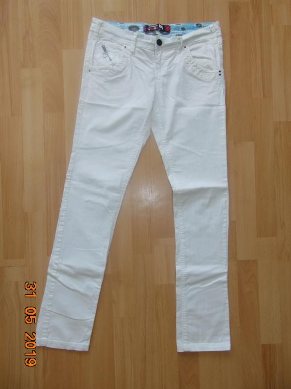 Białe spodnie...