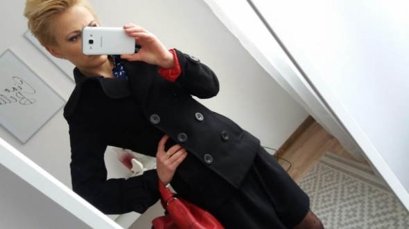 Czarny dwurzędowy krótki płaszcz na zimę