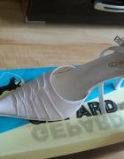 Białe buty ślubne marszczone