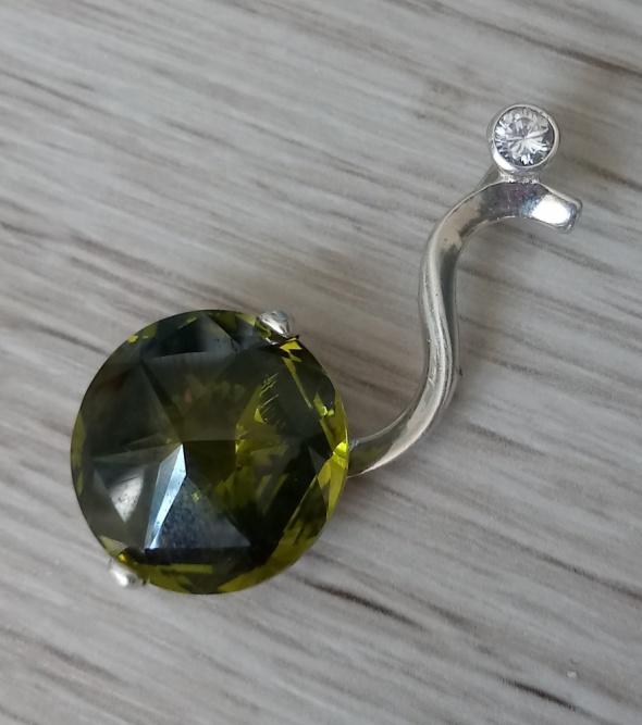 Srebrny wisior z zielonym kryształem i cyrkonią