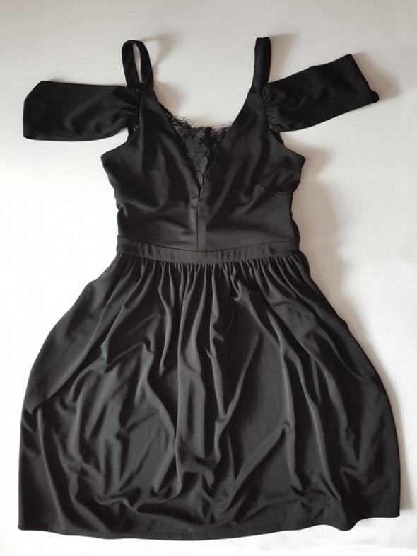 sukienka gotycka koronkowa czarna na lato odkryte ramiona zwiewna gothic koronka