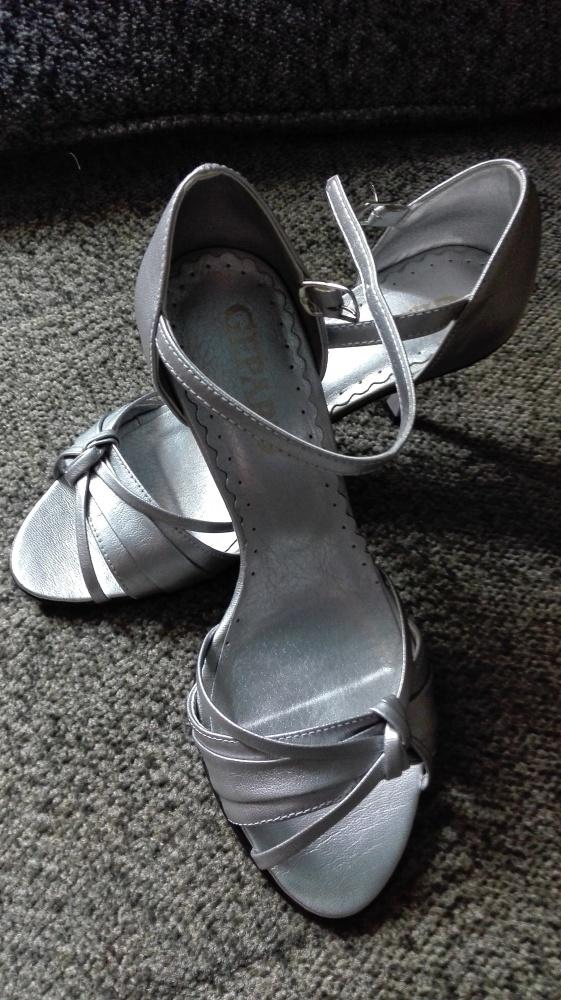 Piękne srebrne sandałki