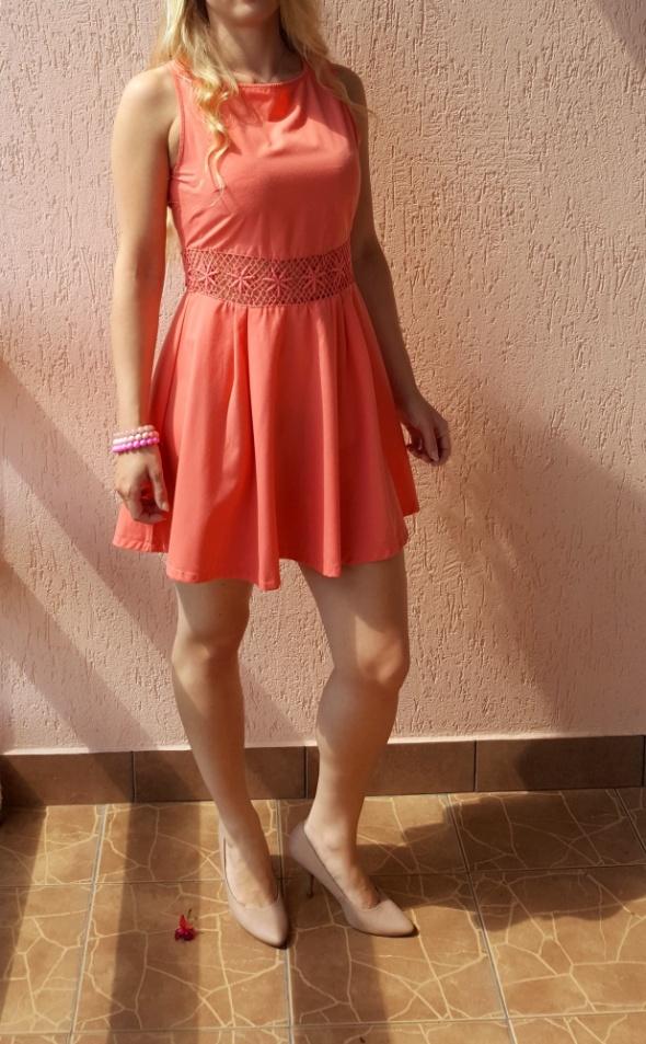 Koralowa sukienka z koronkowym pasem wstawką łosos