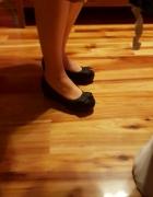Czarne balerinki na platformie z kokardą...