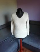 Śliczny włochaty sweterek...