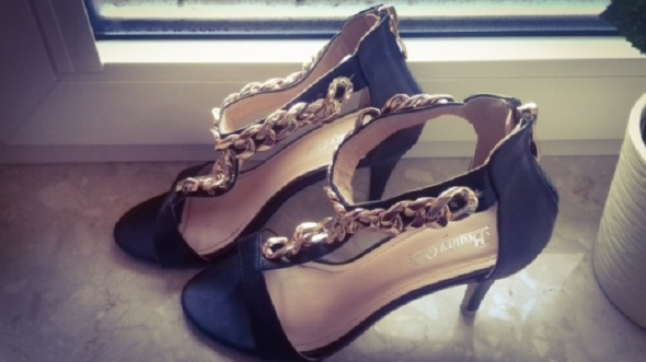 szpilki sandały złoty łancuszek