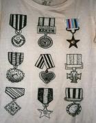 biała bluzeczka z medalami...