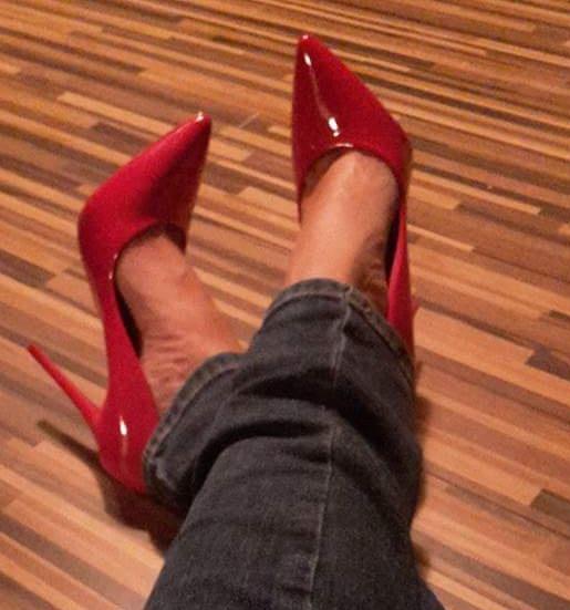 Czerwone lakierowane szpilki...