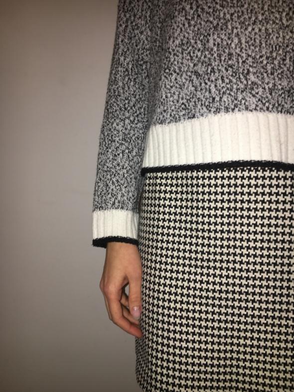 Krótki sweterek w odcieniach czerni i bieli...
