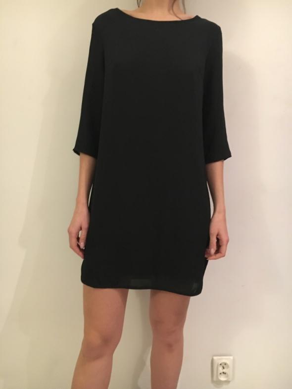 Prosta czarna sukienka...