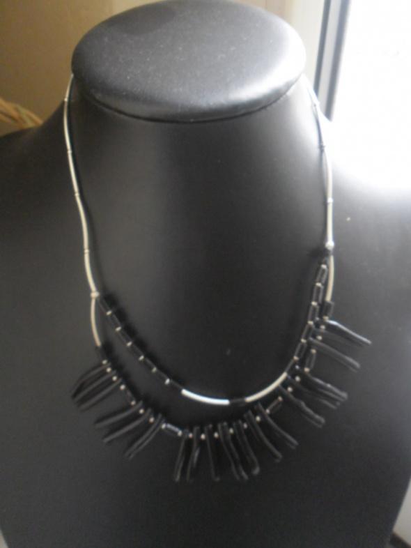 Srebrny naszyjnik z czarnymi kamieniami