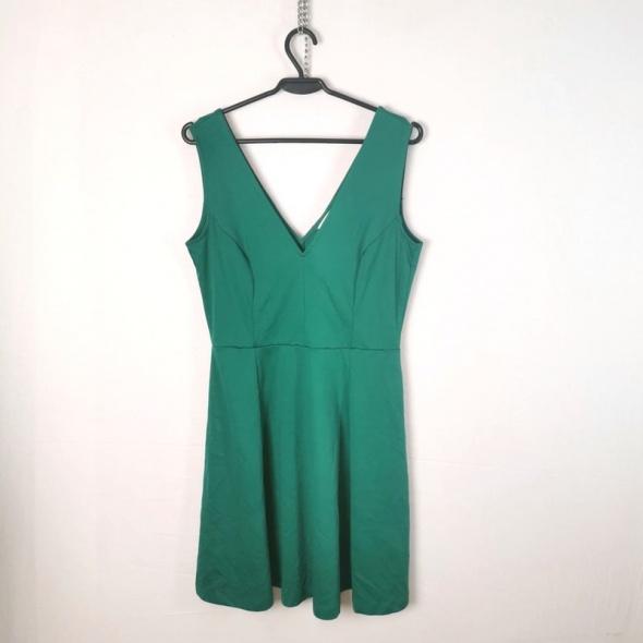 H&M Zielona kloszowana sukienka wycięty dekolt i plecy w literę...