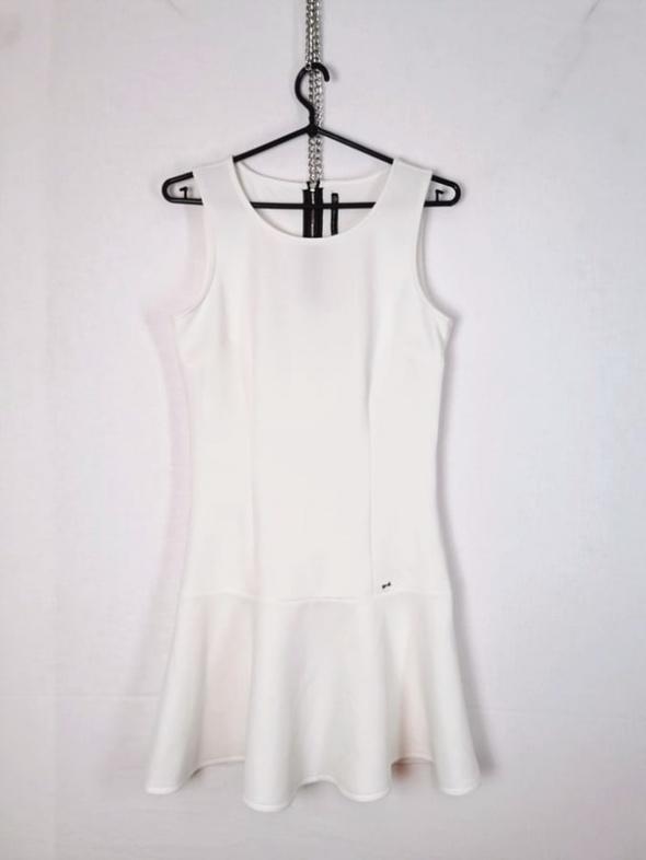 Cropp Kremowa sukienka baskinka u dołu zasuwana na srebrny zame...