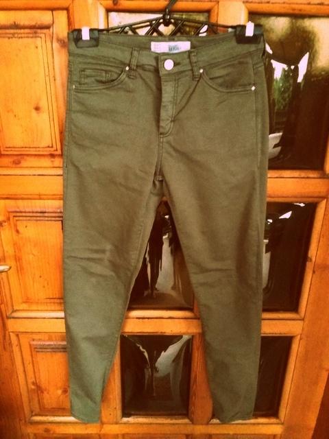 Spodnie rurki w kolorze khaki militarne