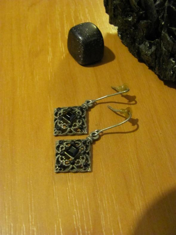 Kolczyki eleganckie czarne kamienie małe zdobione