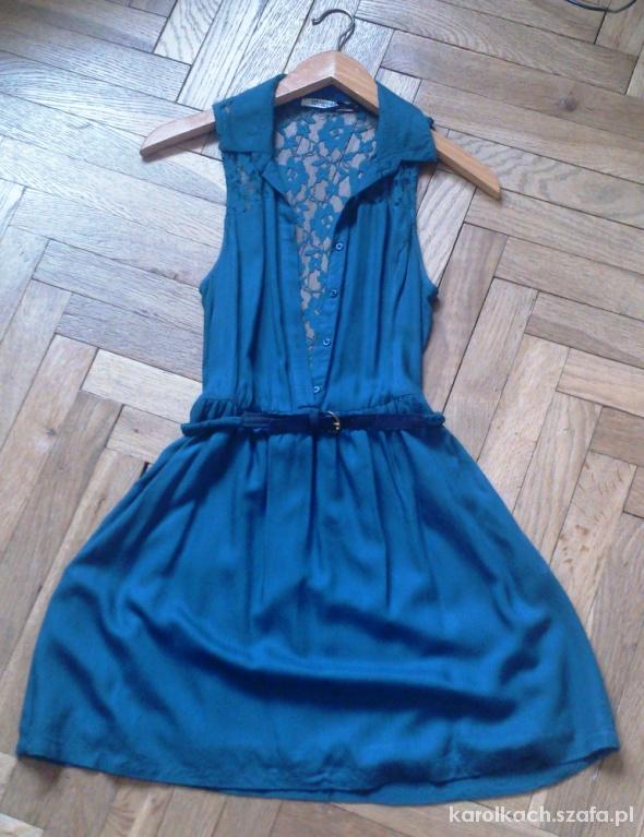 koszulowa sukienka z koronkowymi plecami
