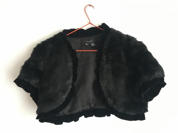 Czarne sztuczne futerko narzutka Zara z falbanką