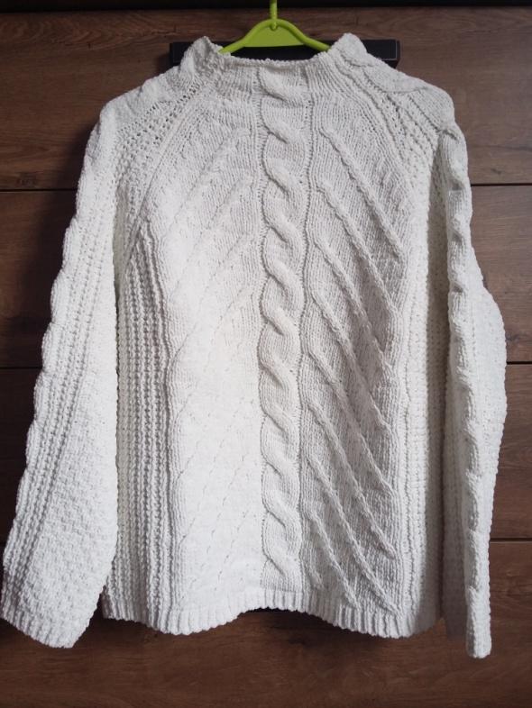 Biały sweterek...