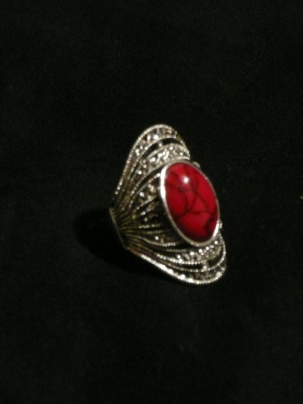 duży pierścionek z czerwonym kamieniem