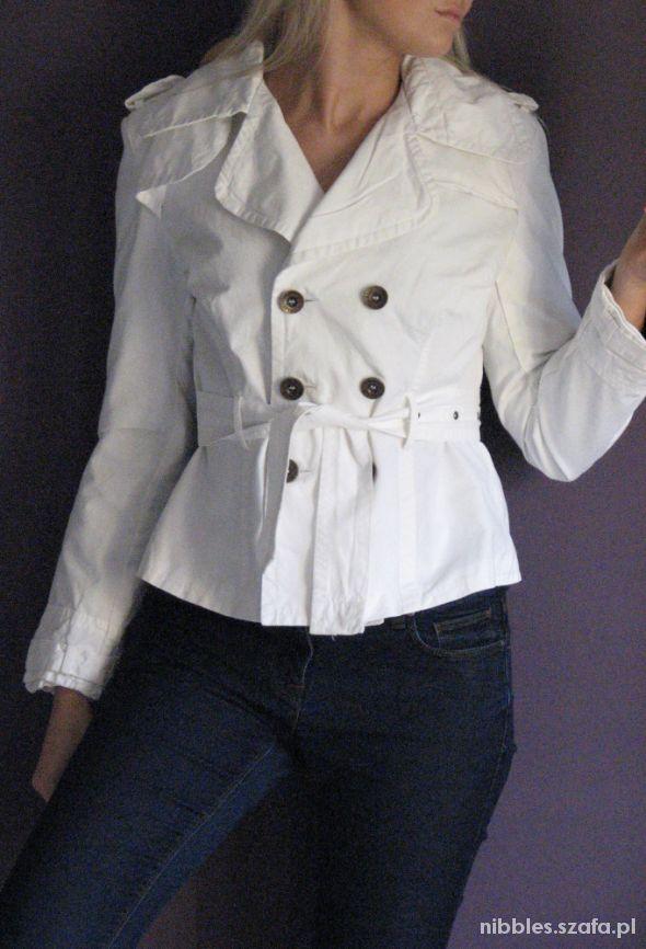 Biała kurtka z paskiem