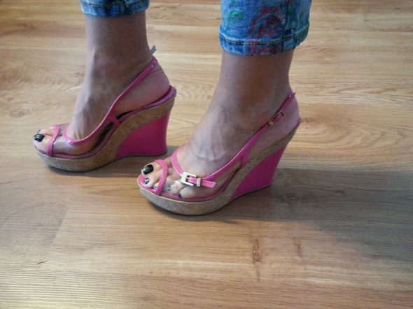 Różowe sandały na koturnie
