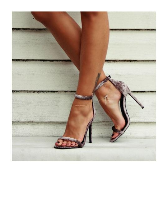 Aksamitne sandalki szpilki