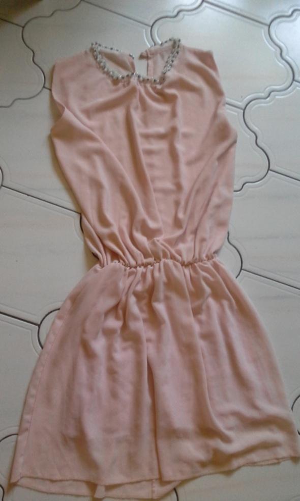 Sukienka mgiełka pudrowa z ozdoba