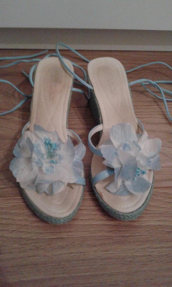 koturny słomkowe niebieskie wiązane z kwiatkiem