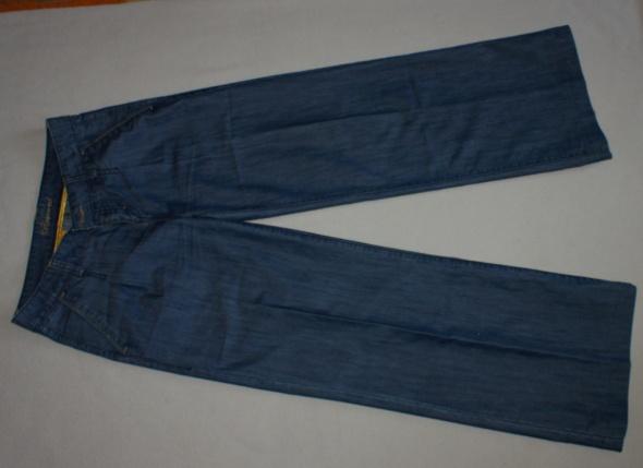 Spodnie Jeansy rozszerzane Reserved